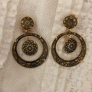 Jewelry - Vintage Black/Gold Clip-on Earings